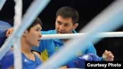 Данияр Елеусинов и главный тренер Казахстана по боксу Мырзагали Айтжанов. Алматы, 26 октября 2013 года.