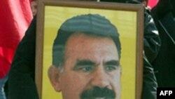 Участница акции протеста держит портрет лидера курдских сепаратистов Абдуллы Оджалана