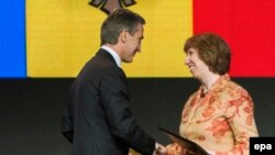 Наприкінці листопада 2013 року у Вільнюсі Молдова і ЄС парафували угоду про асоціацію. Прем'єр-міністр Юріє Лянке (ліворуч) тисне руку єврокомісару Катрін Аштон