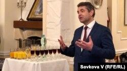 Посол України в Чехії Євген Перебийніс на конкурсі перекладачів у Празі, 6 грудня