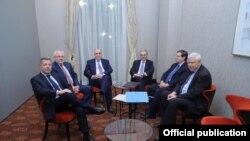 د اذربایجان او ارمنستان د بهرنیو چارو وزیران د مېنسک له ډلې سره د غونډې پر مهال.