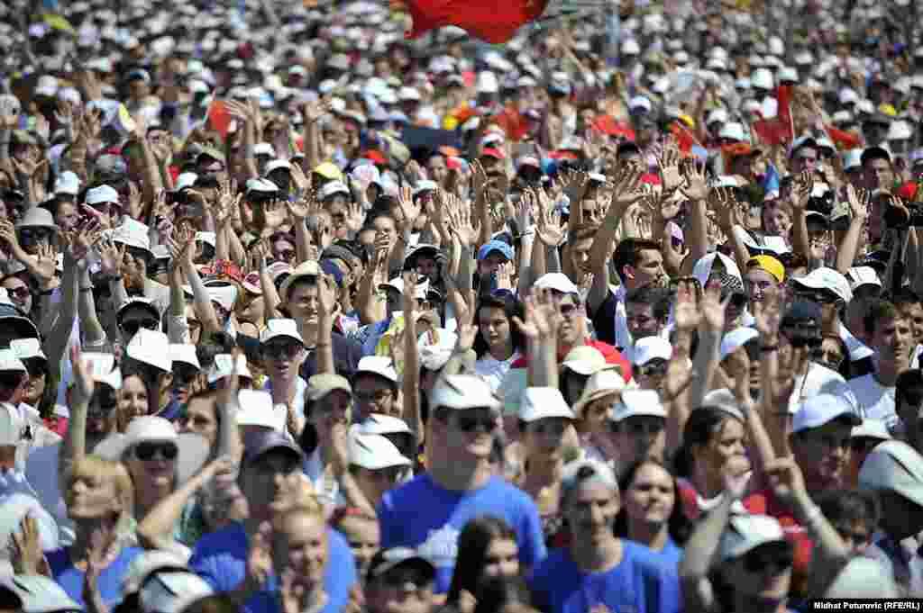 Vjernici pozdravljaju papu Franju pri ulasku na stadion Koševo.