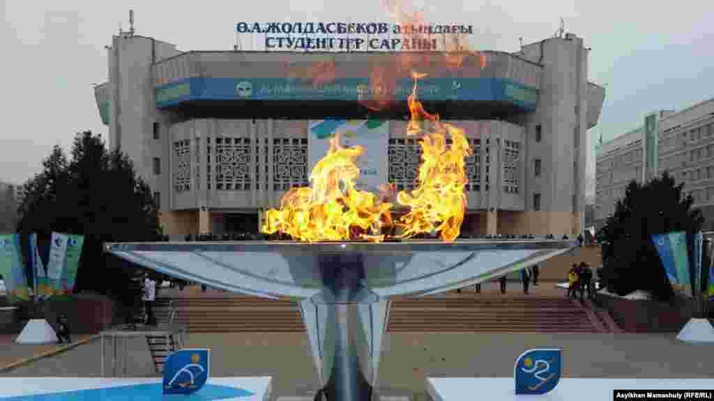 Факел Универсиады горит перед зданием КазНУ именил аль-Фараби.