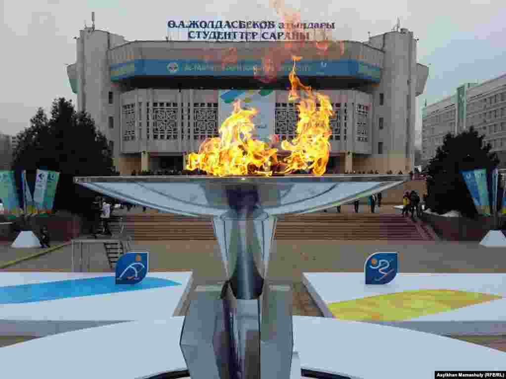 Әл-Фараби атындағы қазақ ұлттық университетінің алдында тұтанған 28-ші қысқы универсиада алауы