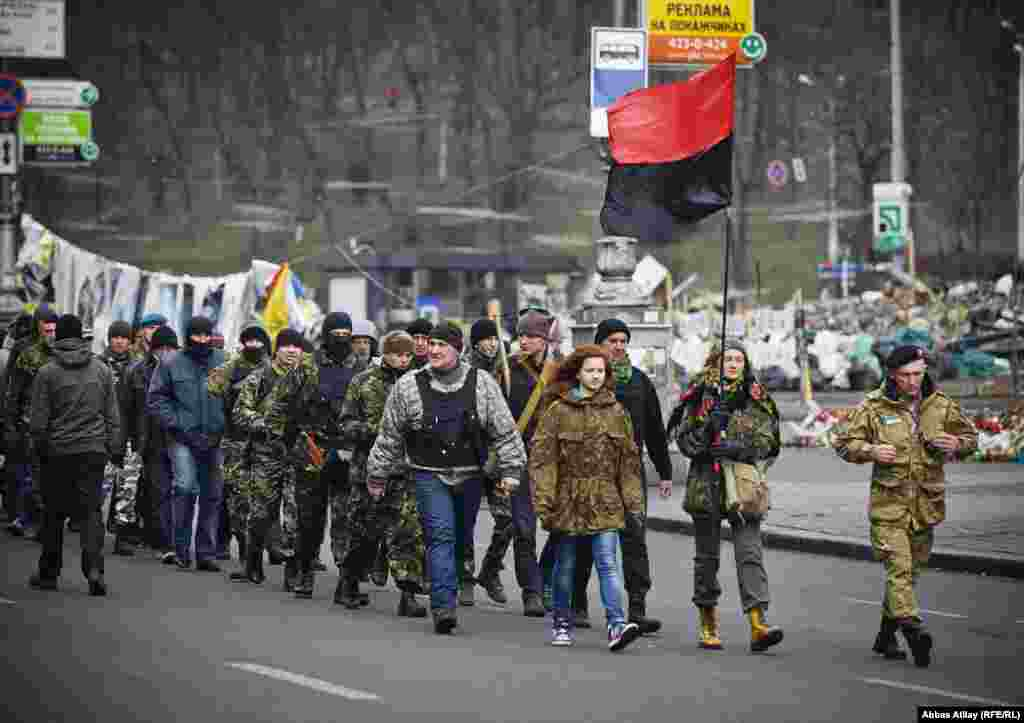 Gənc Könüllü Qvardiyaçılar Maydana tərəf irəliləyir.
