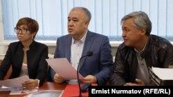 Оңдон солго: Дүйшөнкул Чотонов, Өмүрбек Текебаев жана адвокат Таалайгүл Токтакунова.