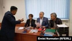 Өмүрбек Текебаев, Дүйшөнкул Чотонов жана адвокат Таалайгүл Токтакунова сот залында. Архивдик сүрөт.