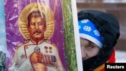 Participantă la ceremonia de marcare a 60 de ani de la moartea lui Stalin, Piața Roșie, Moscova, 5.03.2013.