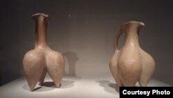 عکس شماره ۴؛ مشربههای سهپایه با معناهای پنهانی که در خود دارند، چیزی شبیه پای انسان یا شاید حیوانی افسانهای که سه پا دارد