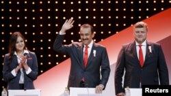 Премьер-министр Казахстана Карим Масимов (в центре) перед началом презентации делегации Алматы на 128-й сессии Международного олимпийского комитета (МОК). Куала-Лумпур, 31 июля 2015 года.