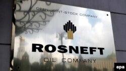 Emblema Rosneft pe cartierul generl al firmei, Moscova, 17 iulie 2014
