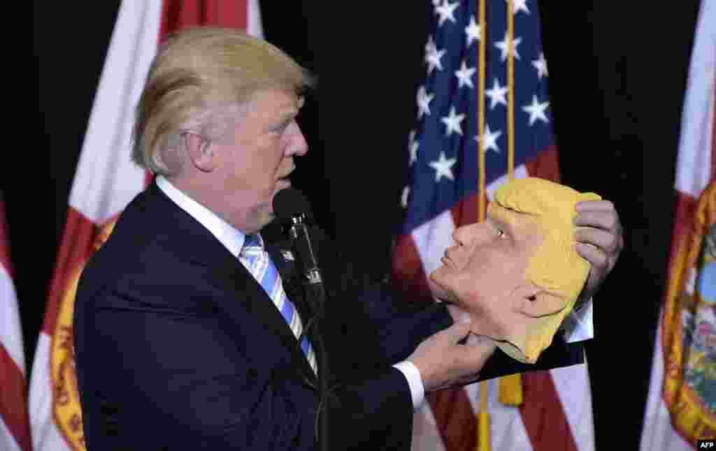 САД - Американскиот претседател Доналд Трамп приватно зборуваше колку е сериозна заканата од коронавирус, а во исто време ѝ велеше на нацијата дека вирусот не е полош од сезонскиот грип и дека владата го има под контрола, се вели во новата книга на новинарот Боб Вудворд, пренесе новинската агенција АП.