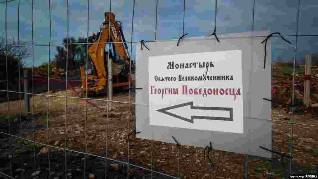 Экскаваторы и бульдозеры роют траншеи под трубопроводы