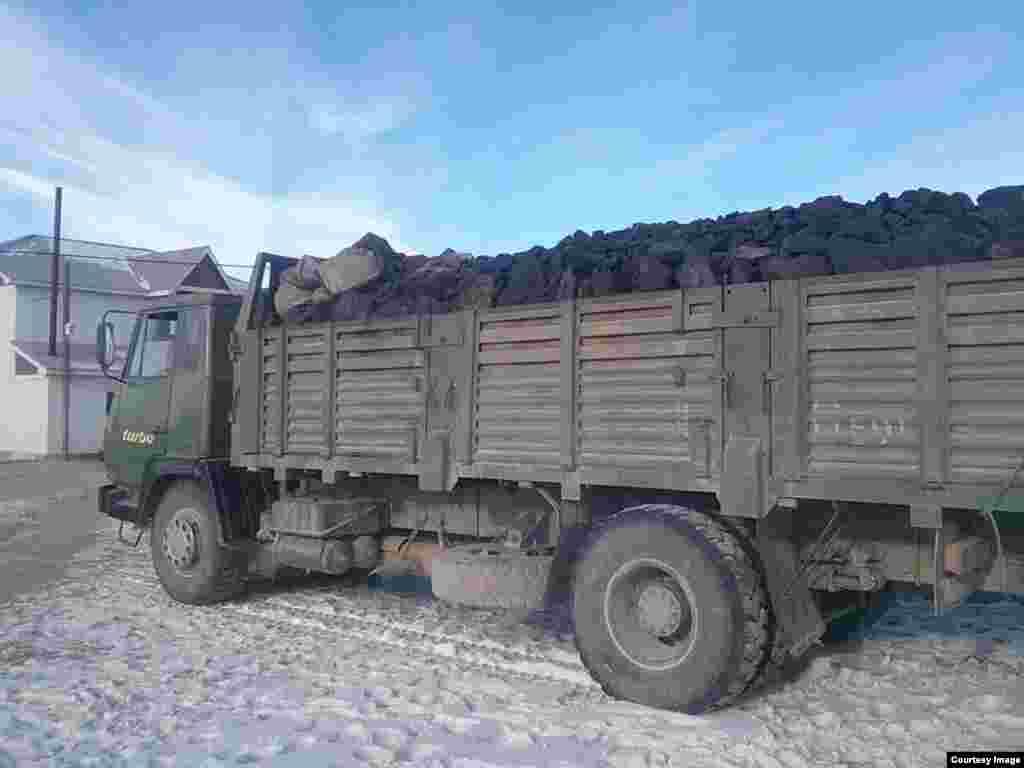 Уголь, привезенный казахам в Баян-Улгийский округ Монголии.