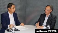 Экс-дипломат Қазбек Бейсебаев (оң жақта) пен журналист Қасым Аманжолұлы. Алматы, 9 қазан 2015 жыл.