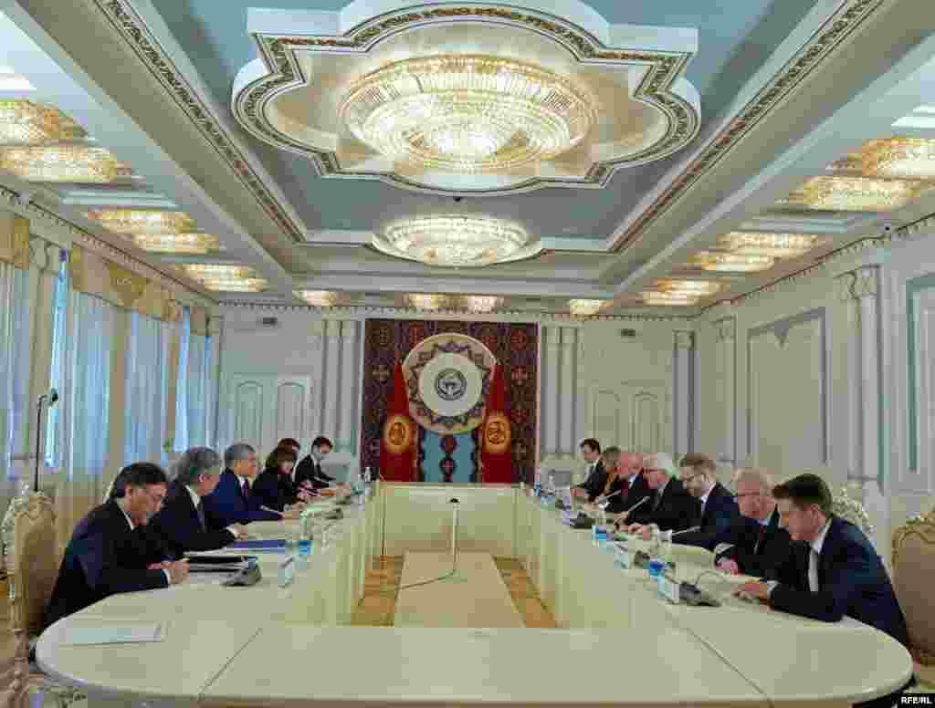 Вместе с главой МИД Германии прибыли представители Министерства культуры, Министерства образования, парламентарии и бизнесмены.