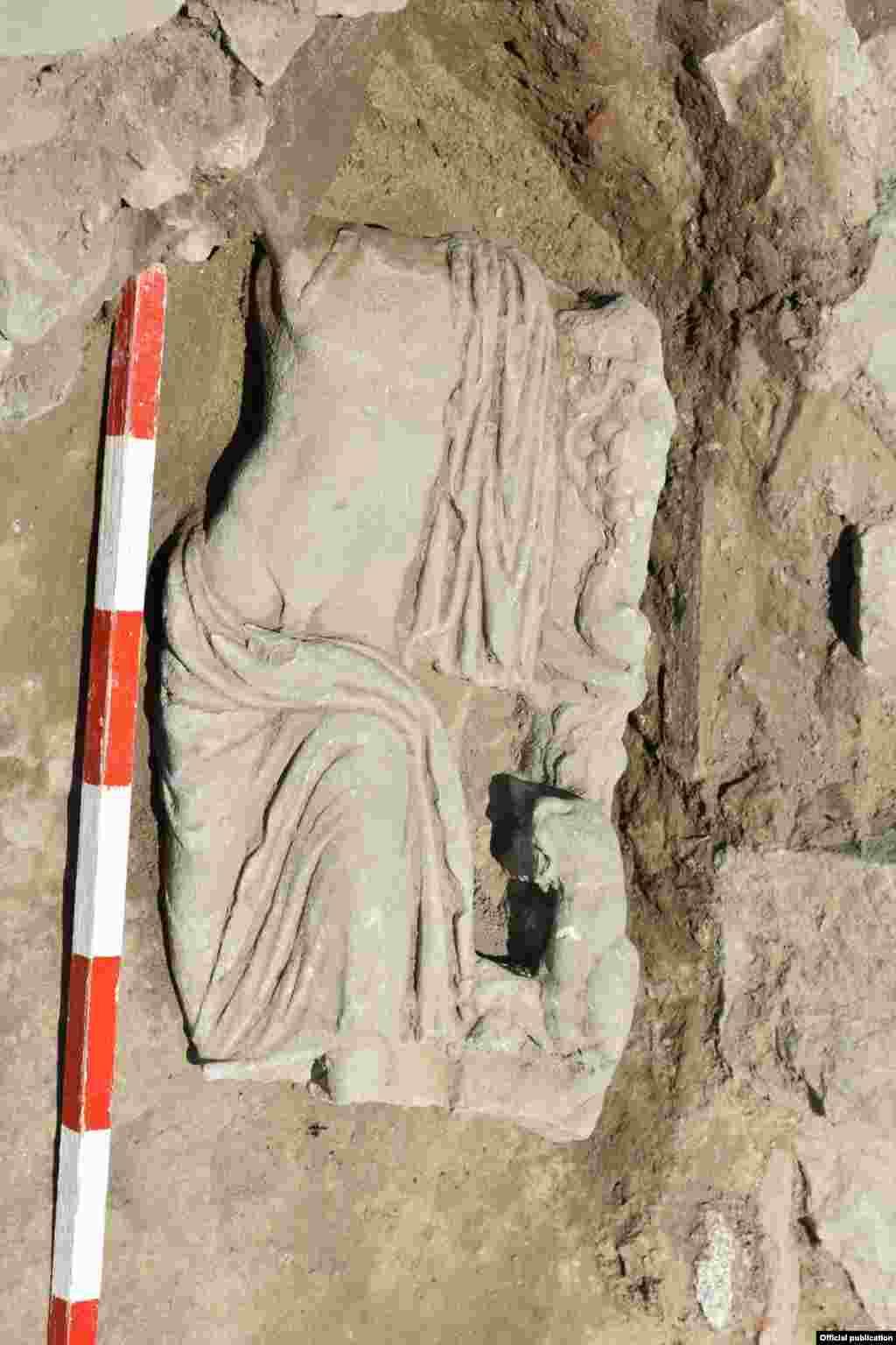 Скулптурата го претставува богот на виното, плодноста, театарот и религиозната екстаза потпрен на стебло обвиено со винова лоза од која висат гроздови. Дионис е полугол, со наметка околу неговото лево рамо и долната половина од телото. До неговата лева нога е претставен пантер, кој е еден од неговите главни симболи, покрај виновата лоза, бршленот, тирсот (специфичен стап со врв од шишaрка) и кантаросот (пехарот) со вино.