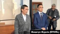 В суде по делу о гибели женщины в лифте дома в городе Актобе оглашают приговор наемному механику Жарылкасыну Акжанову (слева). Акжанов во время судебного следствия неоднократно отвергал обвинения в свой адрес. Актобе, 19 октября 2018 года.