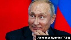 Владимир Путин на IV Восточном экономическом форуме в 2018 году (архивное фото)