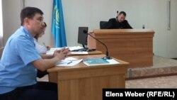 Прокурор Акжол Ахметов задает вопросы по делу заместителя акима Нуринского района Хакима Бекова, обвиняемого в коррупции. Поселок Осакаровка, 23 сентября 2015 года.