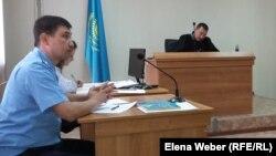 Прокурор Акжол Ахметов задает вопросы на суде по делу заместителя акима Нуринского района Хакима Бекова. Карагандинская область, 23 сентября 2015 года.