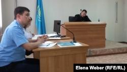 Прокурор Ақжол Ахметов сұрақ қойып отыр. Қарағанды облысы, 23 қазан 2015 жыл.