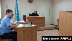 Прокурор Акжол Ахметов задает вопросы свидетелям по делу заместителя акима Нуринского района Хакима Бекова, обвиняемого в мошенничестве. Карагандинская область, 23 сентября 2015 года.