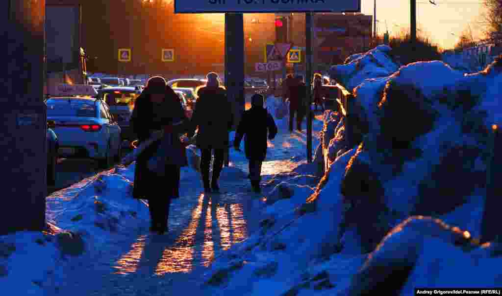 Угол улиц Фучика и Завойского. Еще одно крайне оживлённое место. Узкая полоска обледеневшего тротуара, зажатого между проезжей частью и снежными горами.
