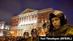 Московские милиционеры у здания московского правительства