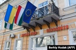 Прапори України, Угорщини та ЄС в Берегово, яке є центром угорської громади українського Закарпаття.
