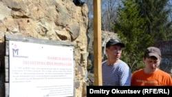 """Участники экспедиции у инсталляции, посвященной людям, погибшим в лагере """"Створ"""""""