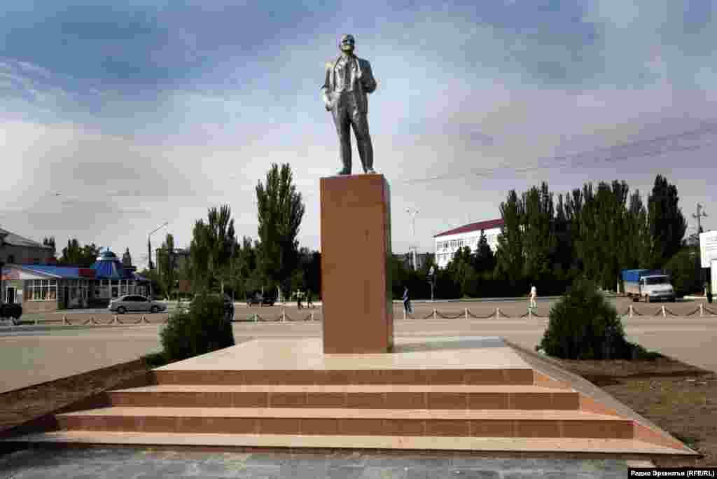 Памятник Ленину на центральной площади города Каспийск.
