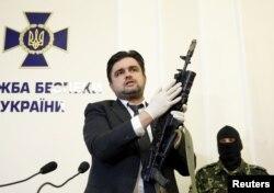 Советник главы СБУ Украины Маркиян Лубковский с автоматом Калашникова АК-74 с подствольным гранатометом ГП-34 российского производства, изъятом у одного из задержанных россиян