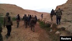 عناصر مسلحة من الجيش السوري الحر بالقرب من مدينة دير الزور السورية