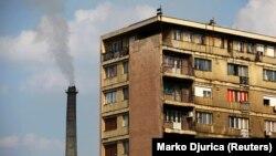 Stambena zgrada pored fabrike rudnika bakra u Boru; Foto Reuters/Marko Đurica