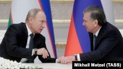 Президенты Узбекистана и России Шавкат Мирзияев и Владимир Путин. Архивное фото.