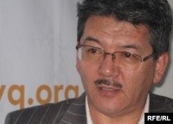 Режиссер, жазушы Асылбек Ихсанов Азаттықтың Алматыдағы бюросында. 11 наурыз 2010 жыл.