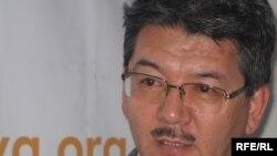 Режиссер, жазушы Асылбек Ықсан Азаттықтың Алматыдағы бюросында. 11 наурыз 2010 жыл.