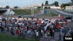 Сторонники оппозиции направляются к СИЗО. Минск, 17 августа 2020 года.