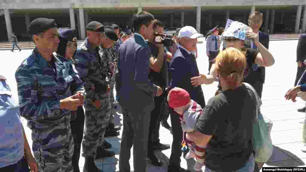 Женщины с министром труда и социальной защиты населения Бердибеком Сапарбаевым (в белой кепке). Нур-Султан, 3 июня 2019 года.