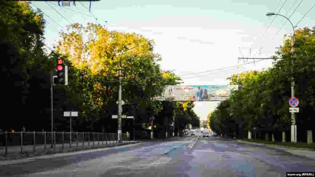Кстати, это одна из самых загруженных улиц в Симферополе в час пик. Но утром она свободная
