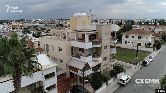 У спальному районі Нікосії «Схеми» зацікавила непримітна 4-поверхова будівля поряд з пустирем