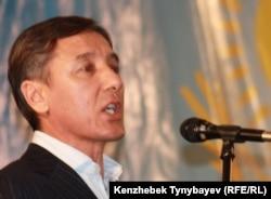 Сопредседатель Общенациональной социал-демократической партии Болат Абилов на съезде партии. Алматы, 26 ноября 2011 года.