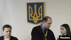 Суддя Сергій Вовк у залі Печерського суду читає вирок Юрієві Луценку, Київ, 27 лютого 2012 року