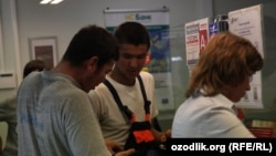 Uzbekistan/Russia - uzbek migrant is sending money to his family via Western Union in Nijniy Novgorod, 25 July 2012