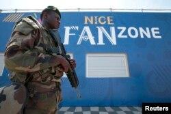 Солдат патрулює фан-зону у Ніцці. 8 червня 2016 року