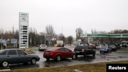 Автомобильная очередь на заправку в Донецке. Ноябрь 2015 года
