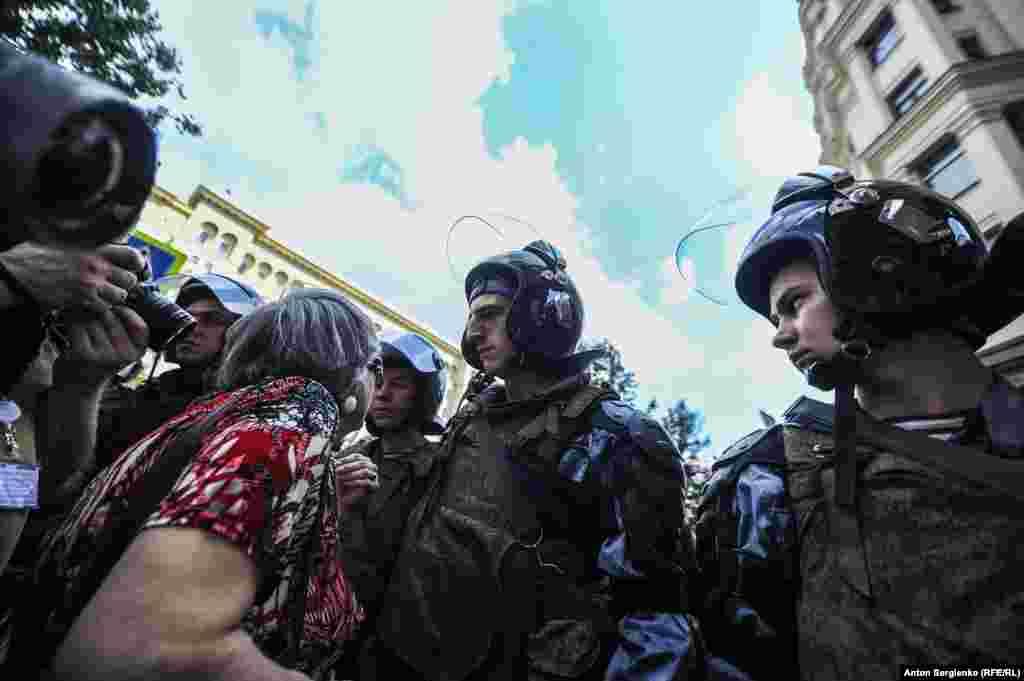 Jedna žena protivi se policiji koja je formirala kordon kako bi zaustavila demonstrante da se približe mjestu okupljanja - u blizini ureda gradonačelnika Moskve.