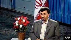 جیمز میک در مطلبی که در سایت گاردین منتشر شده مینویسد، منتقدان آقای احمدینژاد، بیش از آن که وی اهمیت دارد به گفتههایش میدان میدهند. (عکس: Afp)