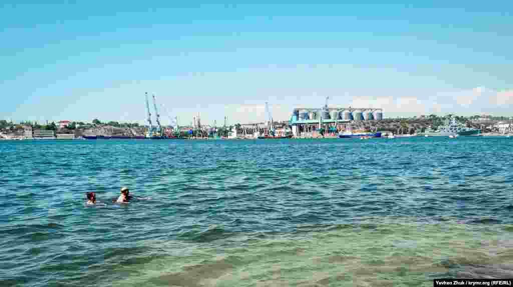 На противоположной стороне Севастопольской бухты – зерновой терминал «Авлита»